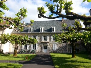 Hotel *** Enclos du Puy Mary au Printemps